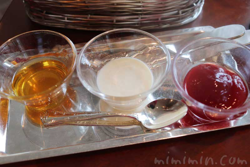 蜂蜜、クロテッドクリーム、苺ジャムの写真