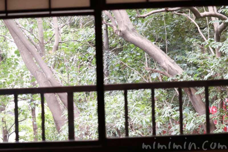 山の茶屋の部屋の窓から見る景色の写真