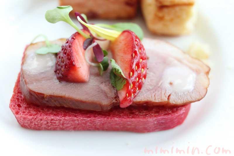 鴨のスモークとフレッシュいちごの ビーツブレッドスモーブロー|コンラッド東京のアフタヌーンティー」トゥエンティエイトの写真