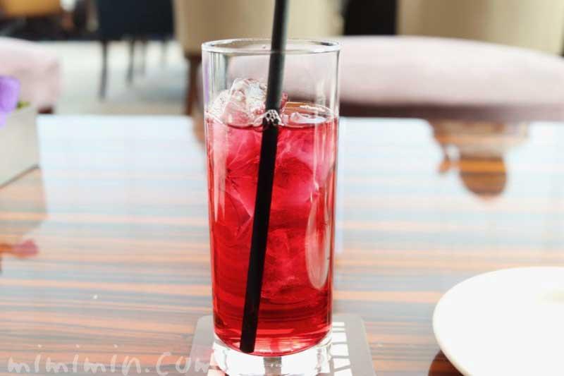 クランベリージュース|コンラッド東京の「いちご&桜バニティピンク・アフタヌーンティー」トゥエンティエイトの画像