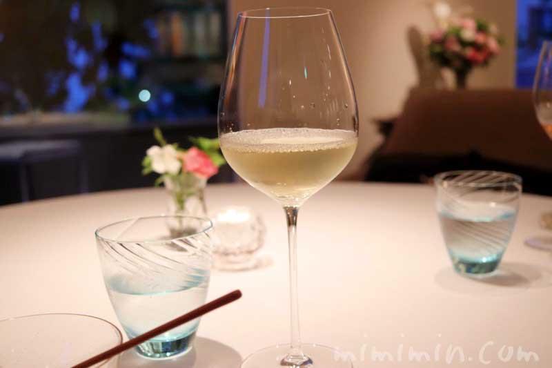 恵比寿のフレンチレストラン アムールの白ワインの写真