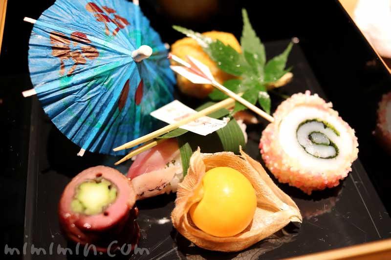 前菜 鯵の笹巻鮨 合鴨八幡巻き ほおずきトマト 石川芋山吹和え 烏賊年輪揚げ 日本料理 舞の写真