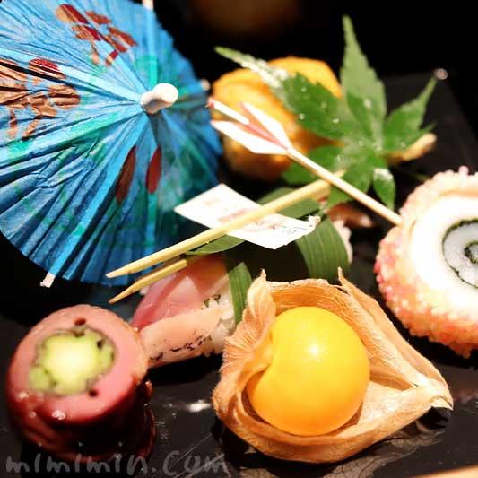前菜 鯵の笹巻鮨 合鴨八幡巻き ほおずきトマト 石川芋山吹和え 烏賊年輪揚げの画像