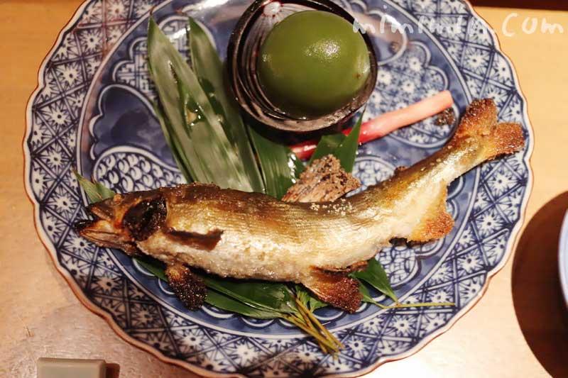焼き物 鮎塩焼き 青梅蜜煮 酢取り野菜 蓼酢|日本料理 舞の画像