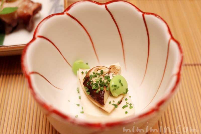 先付 豆腐味噌漬け 松茸のせの写真