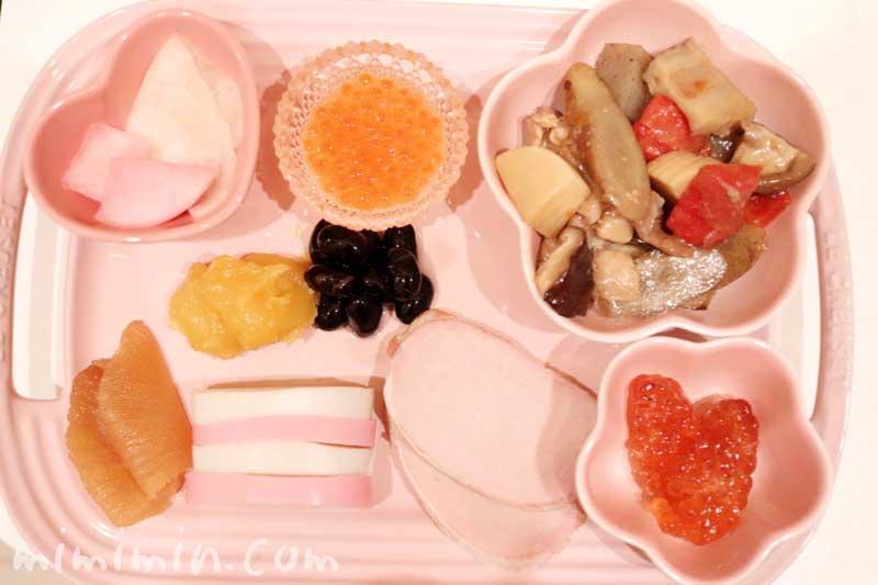 ル・クルーゼのお皿に盛り付けたおせちの画像