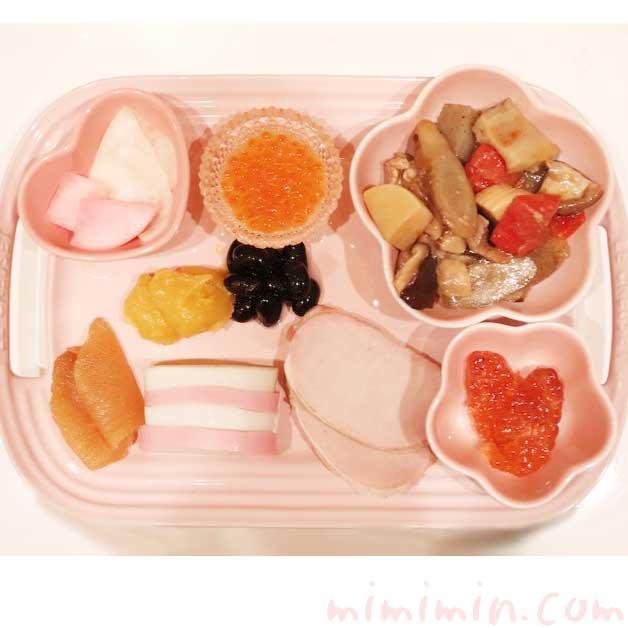 ル・クルーゼのお皿に盛り付けたおせち料理の画像