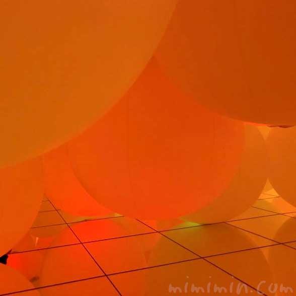 意思を持ち変容する空間、広がる立体的存在 – 自由浮遊、平面化する3色と曖昧な9色の画像