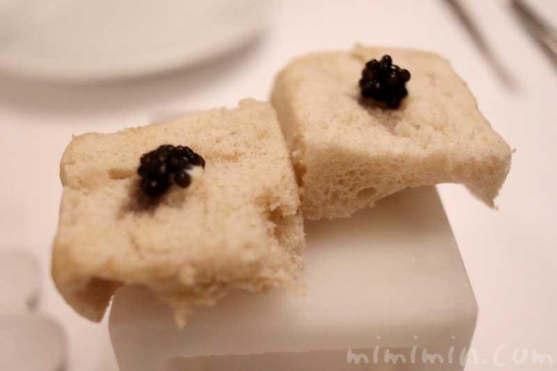 お食事の前の軽いスナック キャビア|リストランテセンソ(イタリアン・白金台)の写真