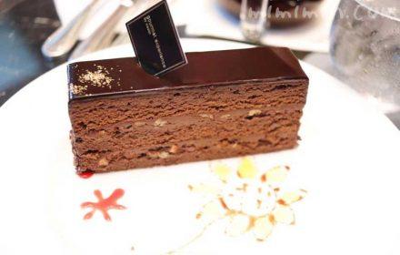 ェスティンホテル東京のロビーラウンジ「ザ・ラウンジ」のケーキセットのチョコレートケーキの画像