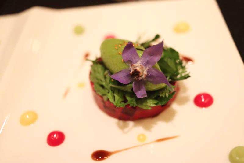 ビーツ リンゴと合わせ、苦味のあるサラダとグリーンマスタードのソルベと共に|ガストロミー ジョエル・ロブションのデグスタシオンコースの写真