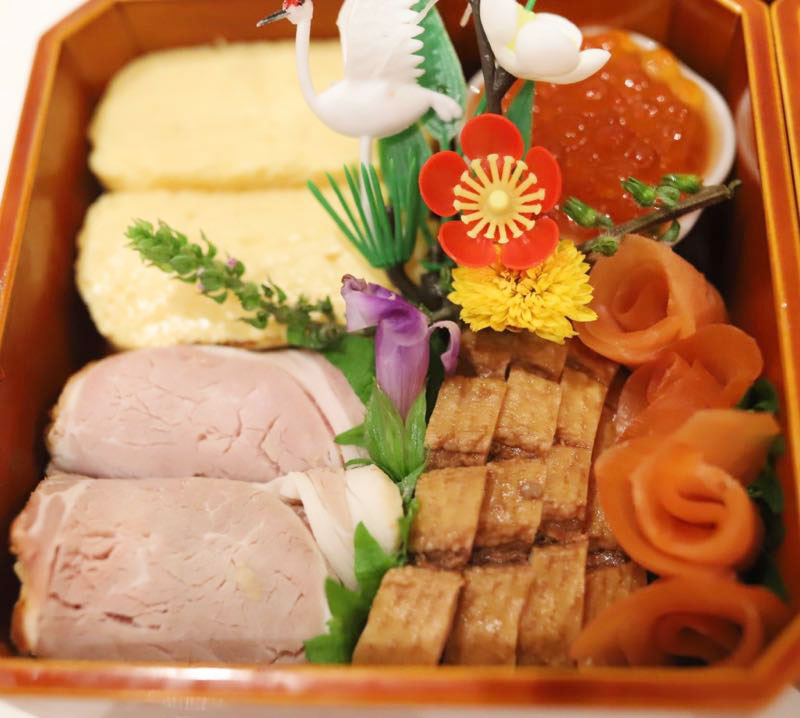 ロースハムと卵焼きとイクラと鴨ロースとスモークサーモンの写真